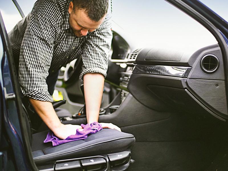 Quels produits naturels utiliser pour nettoyer l'intérieur d'une voiture ?